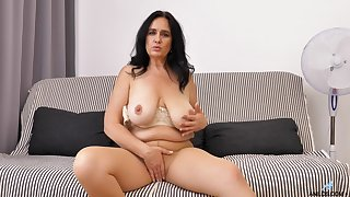 Solo video of mature Ria Black pleasuring the brush cravings aloft the bed