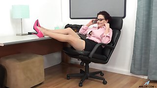 Naughty secretary Amanda Ryder pleasures her cravings in chum around with annoy rendezvous